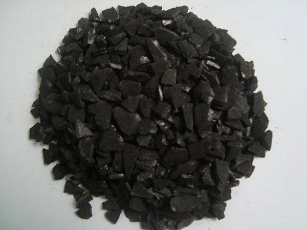 Bề mặt than hoạt tính hút các chất hóa học và giữ lại chúng