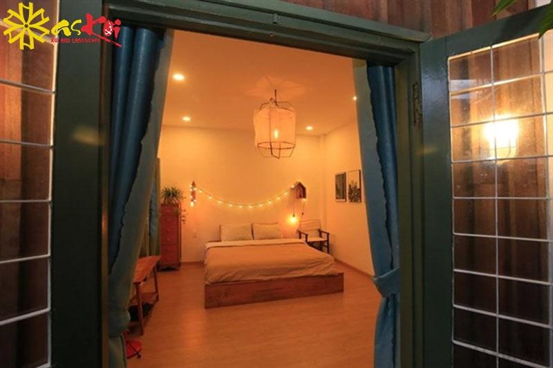 Căn phòng lung linh với ánh đèn vàng